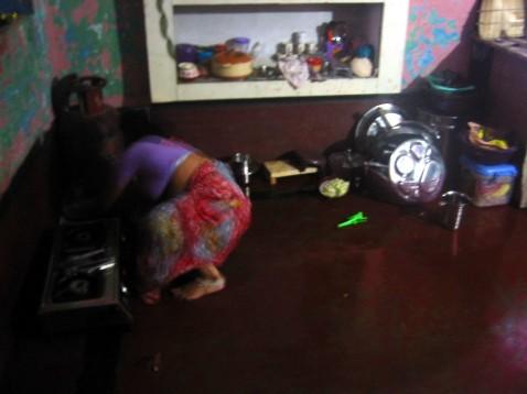 Lakshmi dans son coin cuisine